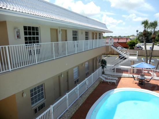 Rodeway Inn: Bloque sur del hotel con primer y segundo piso y vista de la piscina desde la terraza.