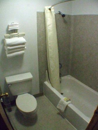 Moab Valley Inn: 2. Bathroom