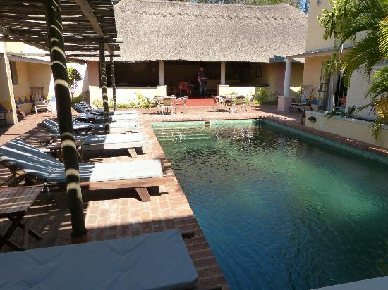 أماديوس جاردن: Pool, im Hintergrund die überdachte Terrasse mit Bar