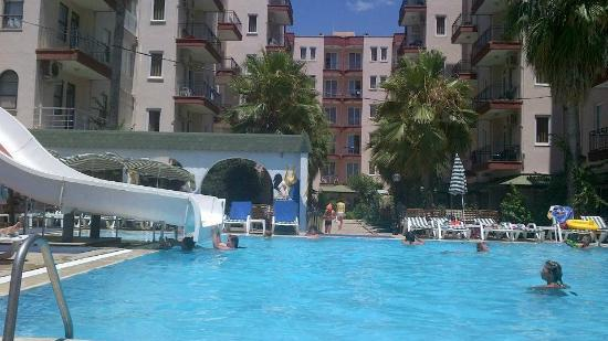 Mahmutlar, Turki: Hotel building & pool.