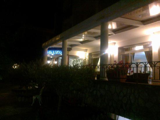 La veranda esterna dell'hotel Sant'Agata
