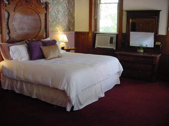 Palace Hotel & Bath House Spa: King Size Beds with Quality Linens