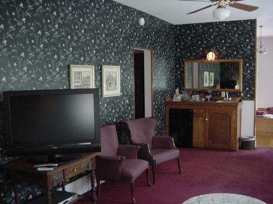 Palace Hotel & Bath House Spa: Flat Screen TV's & Complimentary Mini-Bar
