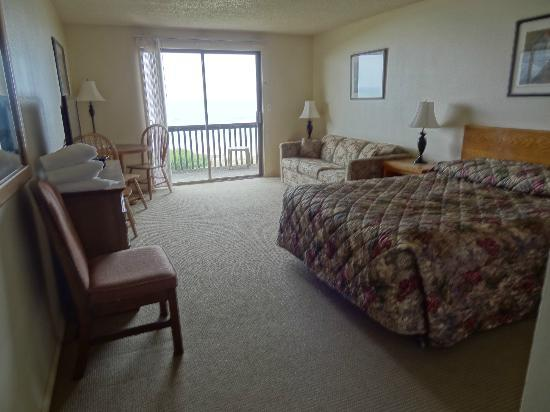 Silver Surf Motel: spacious room, sliders to balcony.