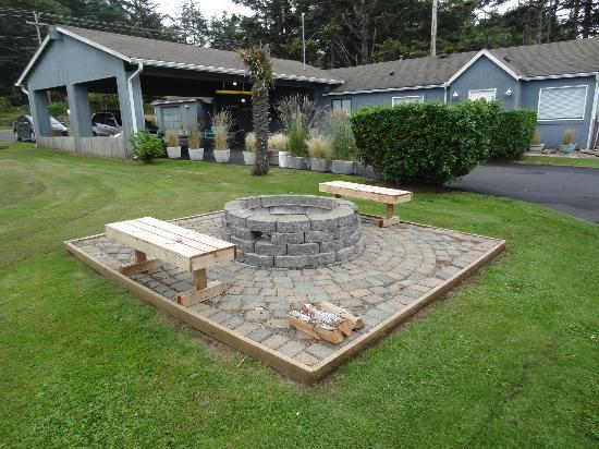 Silver Surf Motel: firepit, front lawn