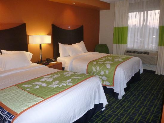 Fairfield Inn & Suites Hartford Airport: Clean, spacious and comfortable beds and pillow and elegant room.