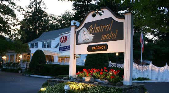Admiral Motel: Night time view