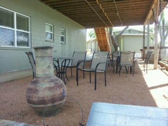 Painted Sky Inn: Common area patio