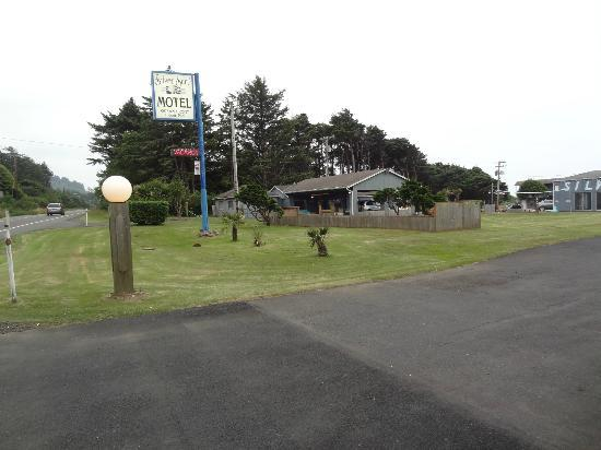 Silver Surf Motel: View from the road, office and lawn. Rooms are set far back from road. No road noise!