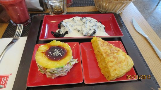 Cafe & Te: Black rice with a salad w/pineapple and tortilla de papa