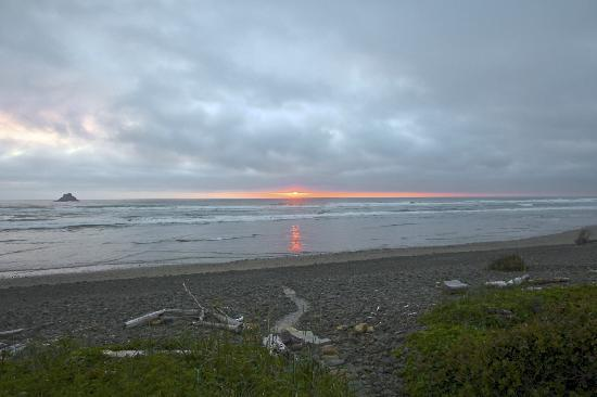 Shaw's Oceanfront B&B : sunset at almost high tide