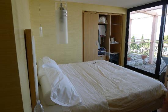 Villa Esperia: room 334 bed