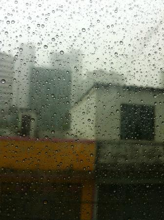 Studio Sukhumvit 18 by iCheck inn: View from the rain during a thunderstorm