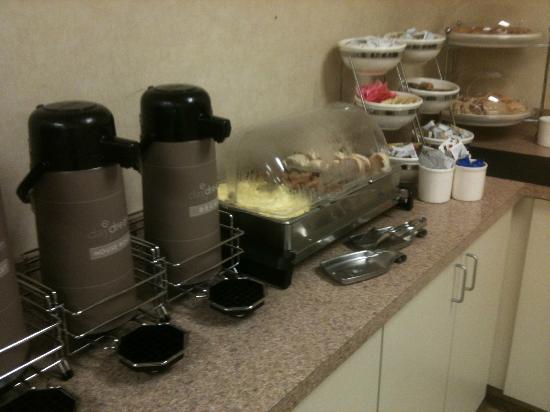 Rodeway Inn & Suites: Coffee, eggs, cereal