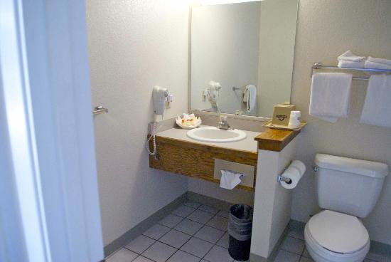 Hotel Solares: Bathroom could definitely be updated