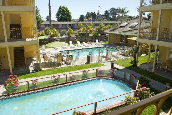 Days Inn and Suites Santa Cruz: Fountain and Swimming Pool