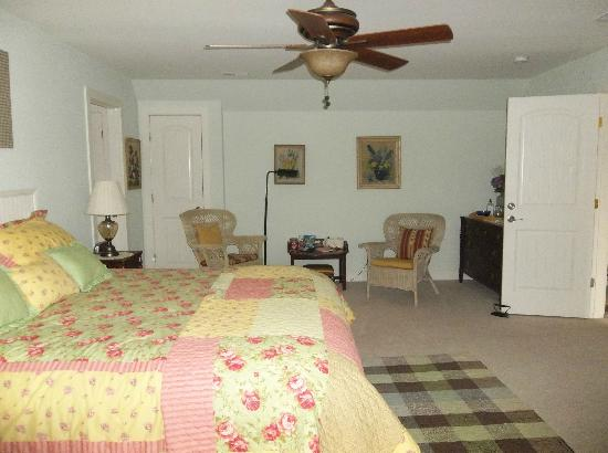 Hilltop Hideaway Bed and Breakfast: Country Suite
