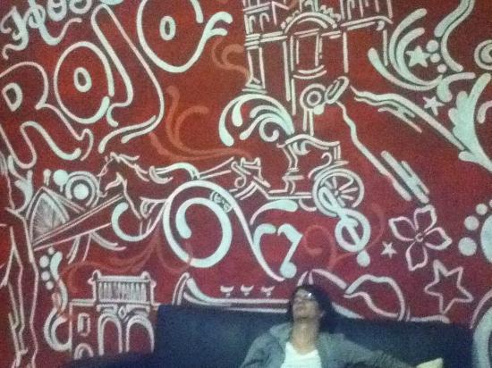 Hostal Rojo: El Mural en la estancia con que se recibe a los nuevos huéspedes