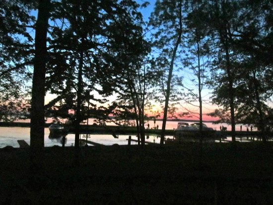 Golden Beach Resort : Beautiful sunset: View from the cottage deck