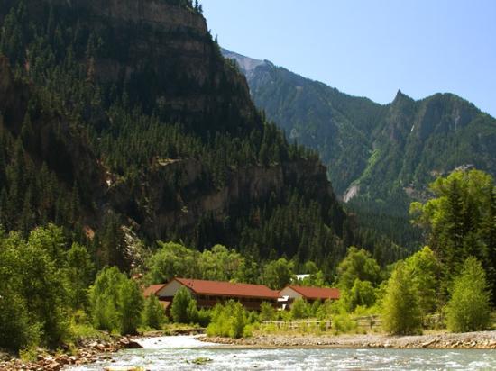 Hot Springs Inn: Seen from riverwalk