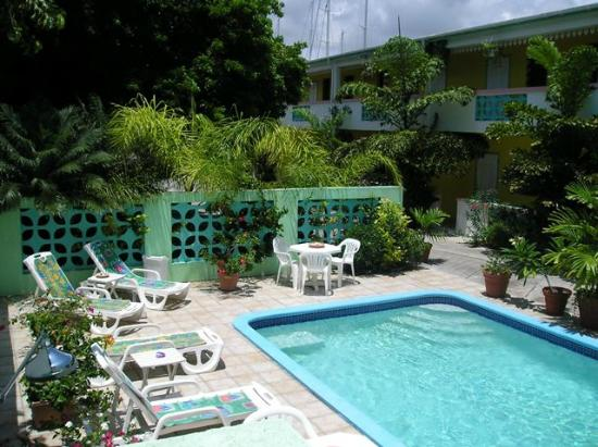 Turquoise Shell Inn: Pool and patio
