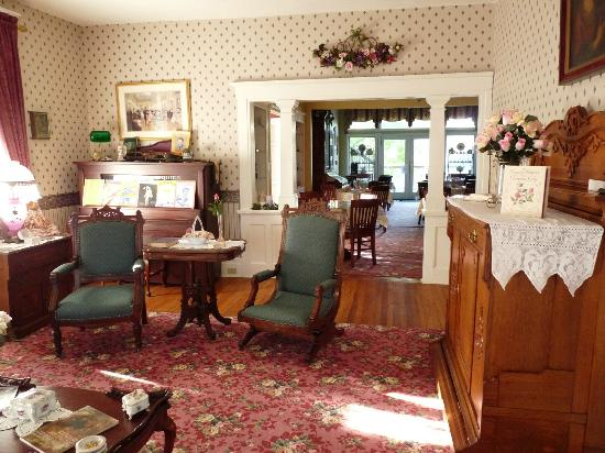 J.D. Thompson Inn Bed and Breakfast: Parlor