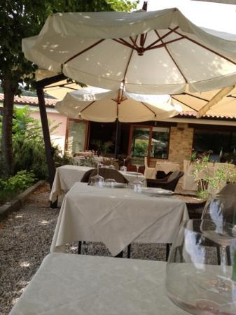 Arqua Petrarca, อิตาลี: tavoli in giardino
