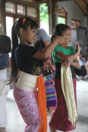 Puri Lumbung Cottages: children learning local dance at the hotel