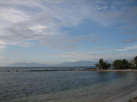 Laguna Beach Resort: A view from the beach towards mainland Honduras