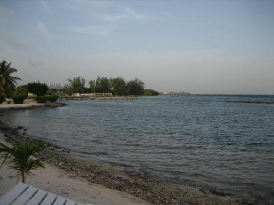 Laguna Beach Resort: View towards Utila from the beach