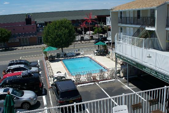 Sunrise Motel: View of Pool