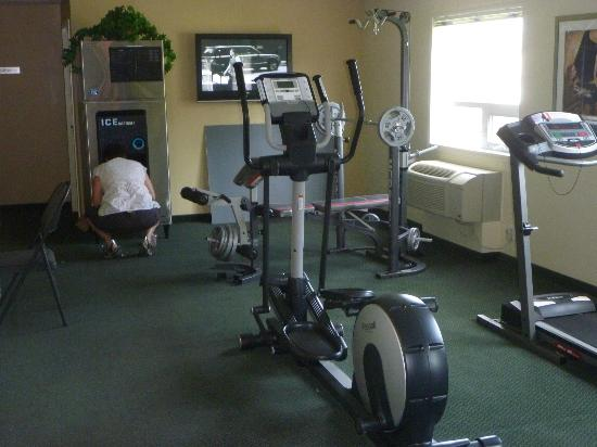 Western Valley Inn: fitness room / ice / extra room off lobby