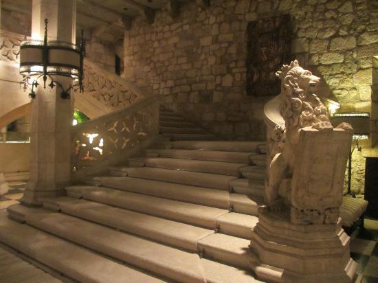 Landa Escaleras De Subida En El Interior Del Hotel