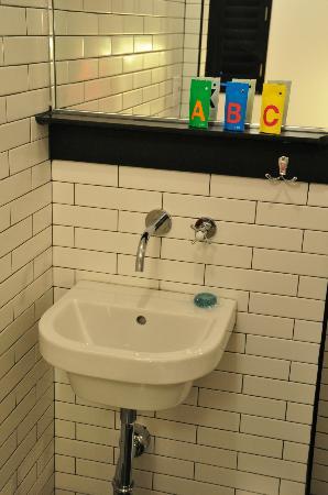 Pod 39 Hotel: Small sink