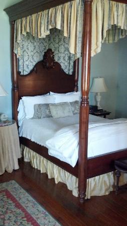 Maison des Amis: Four-poster bed