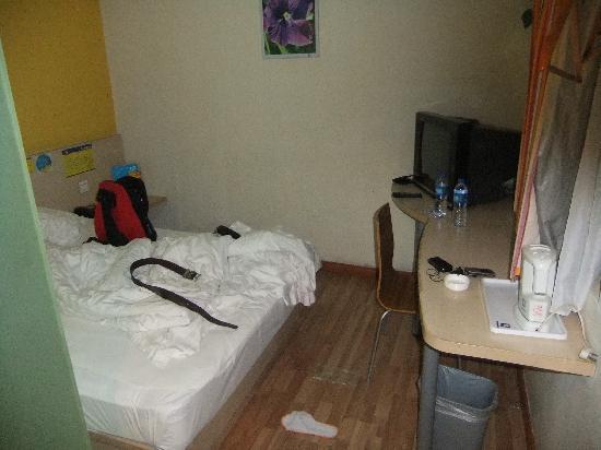 7 Days Inn (Beijing Dongzhimen): フリーインターネットでもケーブルです。