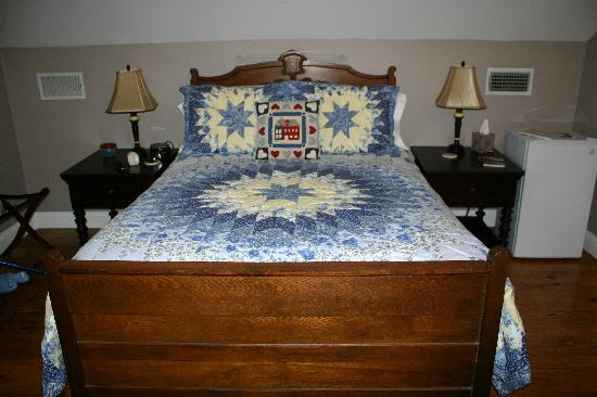 White Oak Manor Bed and Breakfast: ONE OF THREE BEDROOMS