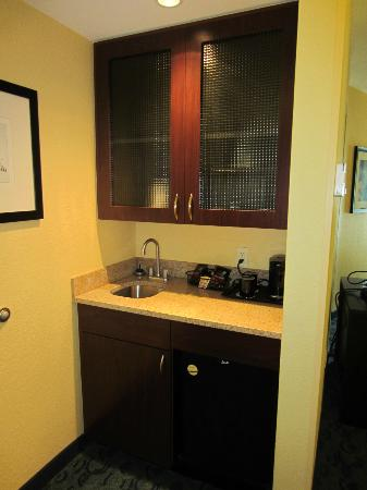 SpringHill Suites Jacksonville Airport: Small pantry area