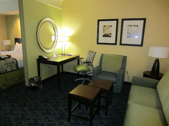 SpringHill Suites Jacksonville Airport : Work station in living room area
