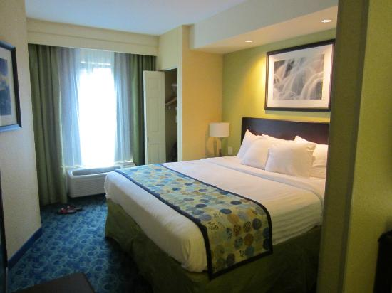SpringHill Suites Jacksonville Airport : Half-wall separated bedroom area