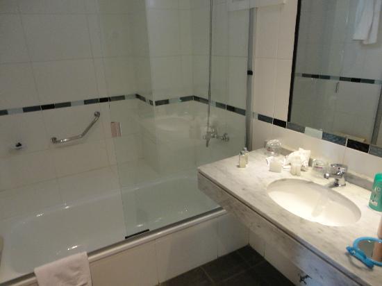 Embajador Hotel: Banheiro com água quente e fria.