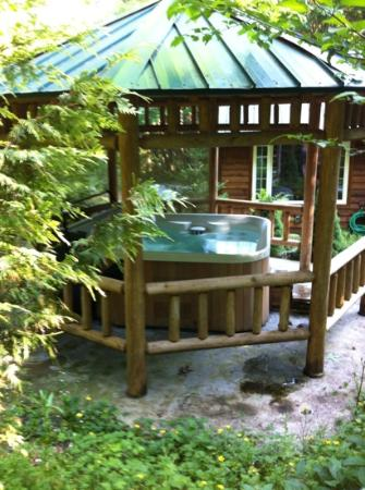 Copper Creek Inn: jacuzzi et cottage pris de la foret