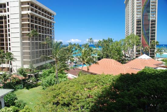 Hilton Hawaiian Village Waikiki Beach Resort: View from our partial ocean view room .. Tapa Tower Room 429