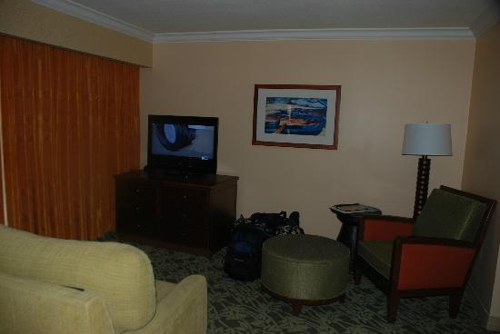 Hilton Hawaiian Village Waikiki Beach Resort: Living room area in the Junior Suite in the Tapa Tower