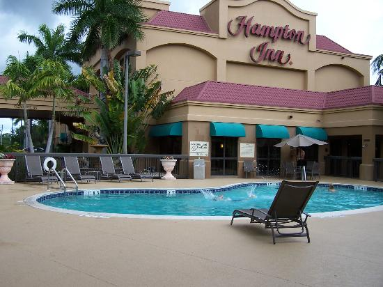 Hampton Inn Ft. Myers - Airport I-75: At the Pool