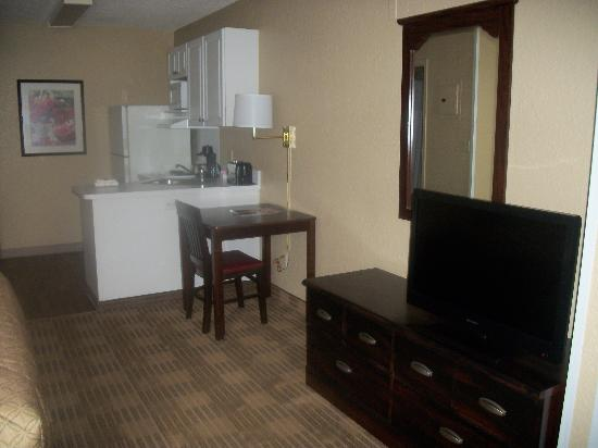 Extended Stay America - Fort Lauderdale - Cypress Creek - Andrews Ave.: desk and kitchen area