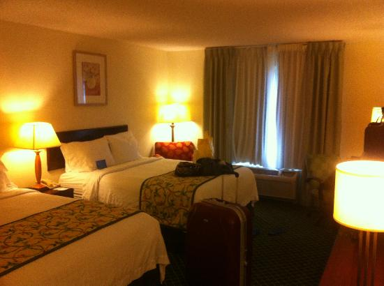 Fairfield Inn Orlando Airport: Room with lights on - no ceiling light