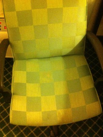 Fairfield Inn Orlando Airport: Faded/discolored chair