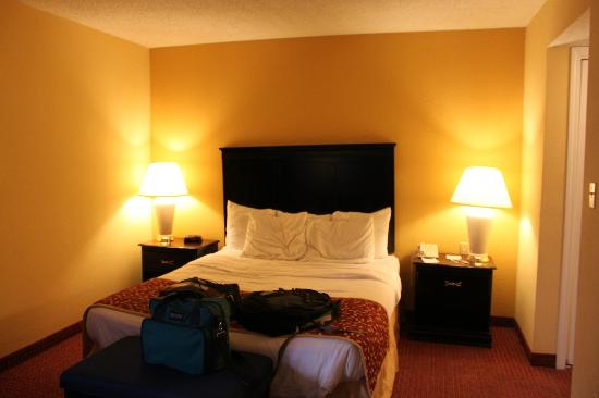 Hawthorn Suites Dayton North: Bed area