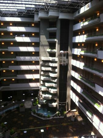 Embassy Suites by Hilton Hotel Des Moines Downtown: Atrium